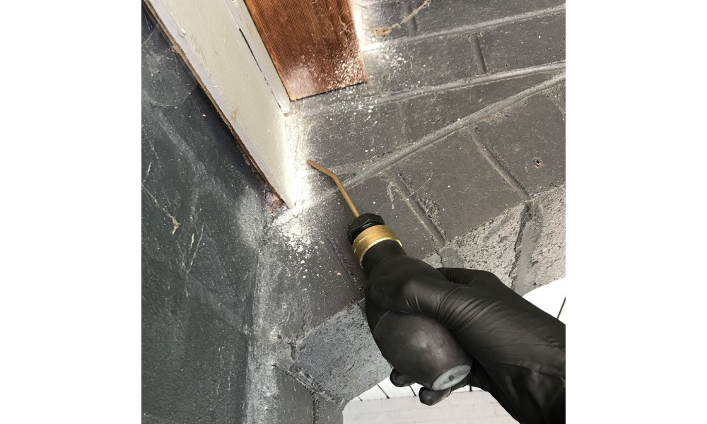 Permethrin Dust applying to weatherboards